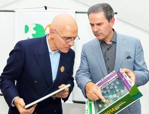 Embaixador Rafaelle Trombetta recebeu o livro da Copa Caxias 2014  (Foto: Andréia Copini/Divulgação Prefeitura de Caxias do Sul)