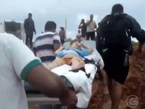 Criança precisou de ambulância e foi carregada em maca em Betãnia (Foto: Reprodução/TV Clube)