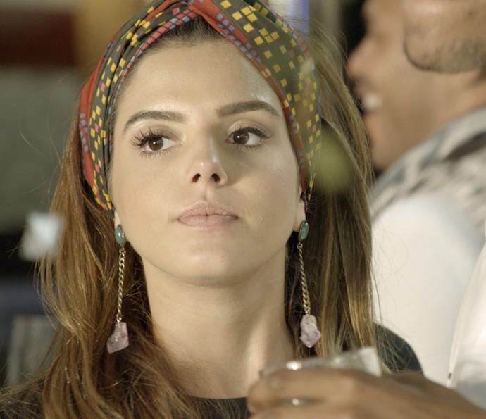 Luana não consegue esconder que ficou balançada ao ver beijo de Cesário em outra menina (Foto: TV Globo)