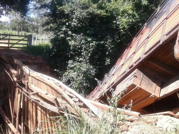 Ponte não suportou peso do caminhão e cedeu, segundo o prefeito de São Francisco de Goiás (Foto: Arquivo pessoal)