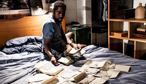 Vicente vende passados às pessoas, criando documentos, fotos, vídeos e outros indícios necessários para reescrever a história (Foto: Reprodução)