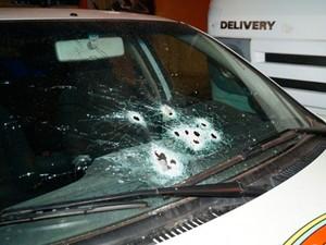 Carro da Guarda municipal foi alvejado pelos criminosos em Guamaré, RN (Foto: Josivan Dantas)
