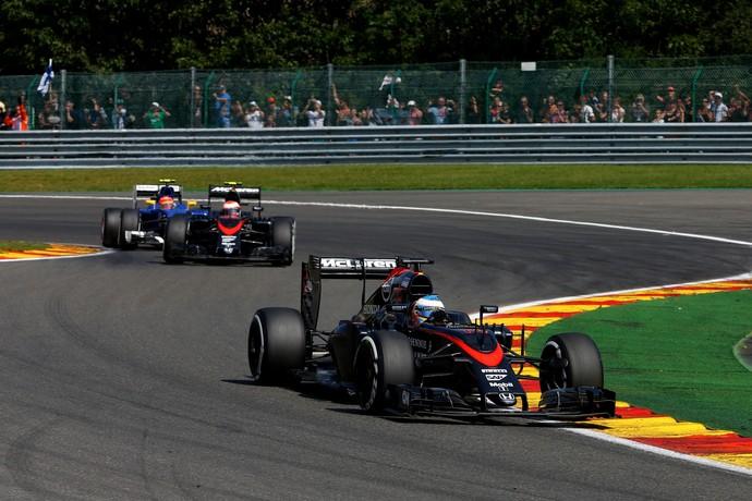 Fernando Alonso e Jenson Button, da McLaren, durante o GP da Bélgica de 2015 (Foto: Getty Images)