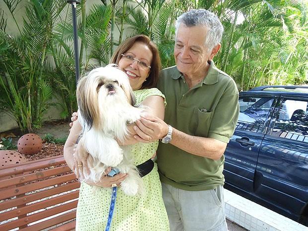 O Shih-tzu Ted viaja sempre com os donos Zélia e Rui na Bahia (Foto: Lílian Marques/ G1)