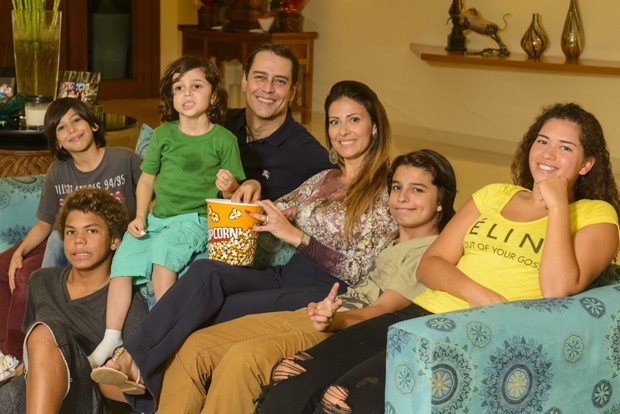 Marcello Antony e a mulher, a estilista Carol Villar, com Sthephanie, Lorenzo, Francisco, Lucas e Louis (Foto: Fábio Cordeiro)