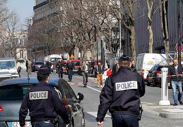 Policiais se postam do lado de fora dos escritórios do Fundo Monetário Internacional em Paris, após explosão de um envelope (Foto: Philippe Wojazer/Reuters)