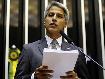 Deputado Alessandro Molon (PT-RJ) lê em plenário relatório do Marco Civil da Internet (Foto: Guistavo Lima/ Câmara dos Deputados)