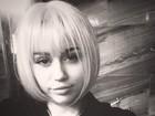 Miley Cyrus testa look chanel: 'Entediada e brincando com perucas'