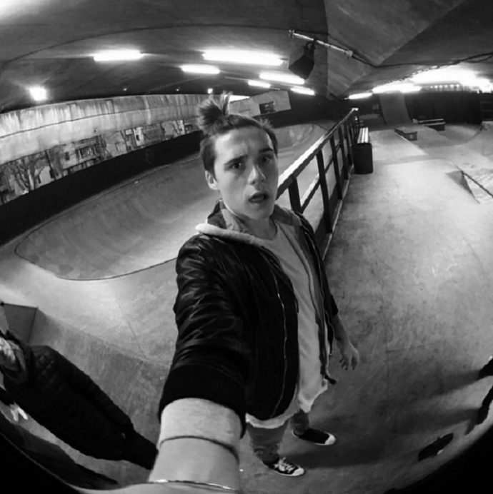 BLOG: Estilo Beckham: filho do astro inglês exibe novo penteado para andar de skate