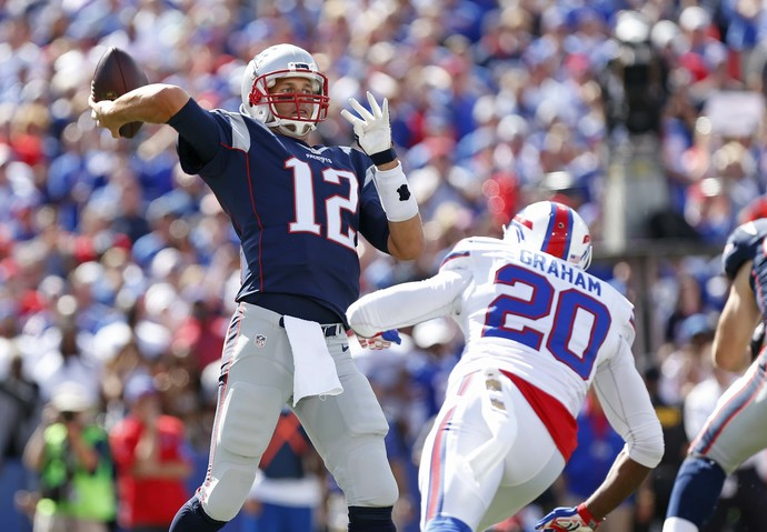Tom Brady foi o destaque dos Patriots contra os Bills (Foto: Reuters)