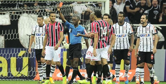 Jogadores do São Paulo reclamam com árbitro Luiz Flávio de Oliveira (Foto: Marcos Ribolli)