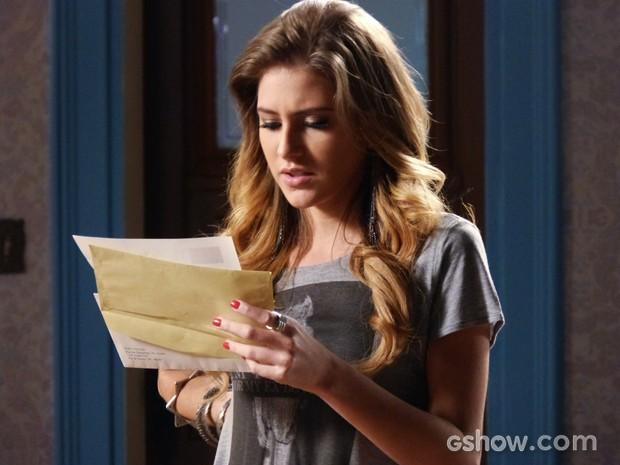 Sofia lê as cartas que recebeu dos Estados Unidos (Foto: Malhação / TV Globo)