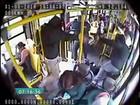 Vídeo mostra tiroteio entre policial e bandido dentro de ônibus em SP