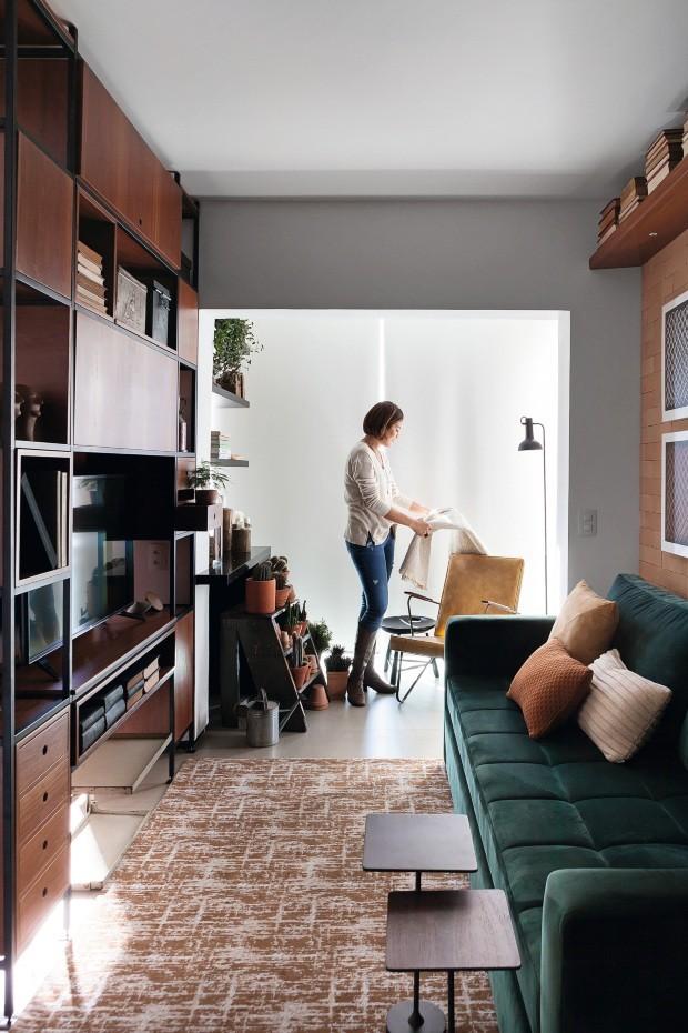Estante vazada integra cozinha e sala em apartamento de 47 m²