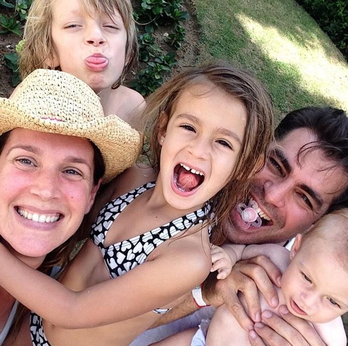 Vanessa Lóes se diverte com o marido, Thiago Lacerda, e os três filhos (Foto: Arquivo Pessoal)