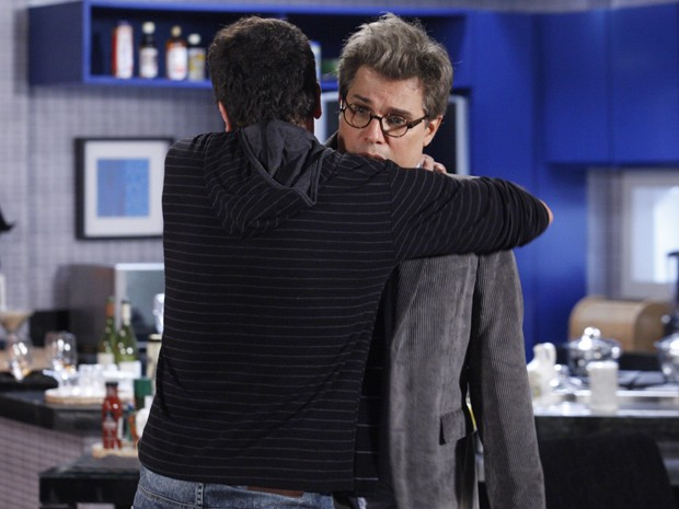 Ulisses abraça Felipe por concordar em ajudar Zenon (Foto: Guerra dos Sexos/TV Globo)