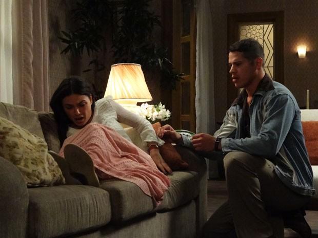 Pedro tenta ajudar Sandra, mas não sabe o que fazer (Foto: Boogie Oogie/TV Globo)
