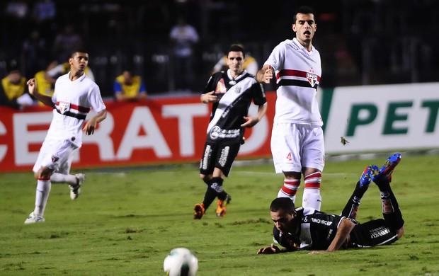 Rhodolfo, do São Paulo, disputa jogada com Roger, da Ponte Preta (Foto: Marcos Ribolli / Globoesporte.com)