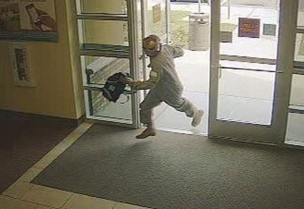 Homem fugiu com dinheiro, e polícia procura pistas sobre o criminoso (Foto: Divulgação/Flagler County Sheriff's Office)