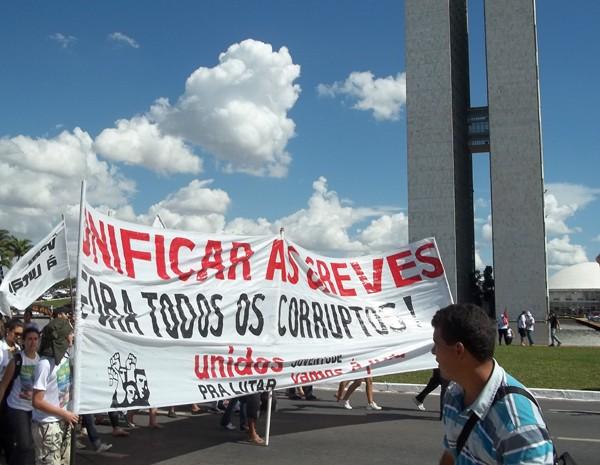 Estudantes participaram do ato em apoio aos professores universitários em greve (Foto: Felipe Néri/ G1)