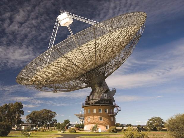 O radiotelescópio do Observatório de Parkes, em Nova Gales do Sul, na Austrália (Foto: CSIRO)