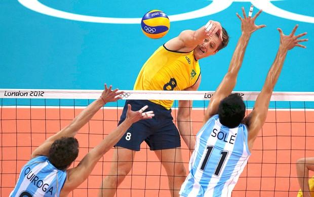 Murilo na partida de vôlei do Brasil contra Argentina (Foto: Reuters)