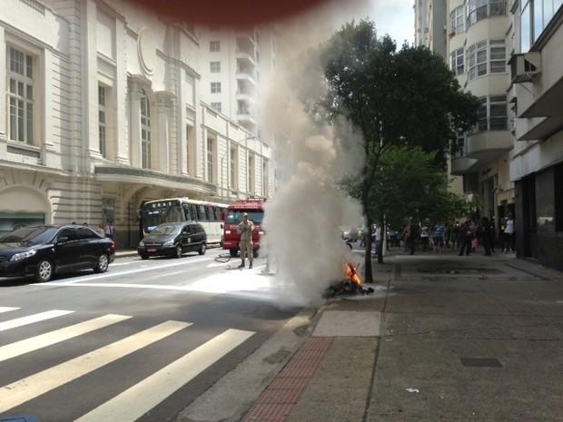 Bueiro explode na Avenida Nossa Senhora de Copcabana (Foto: G1)