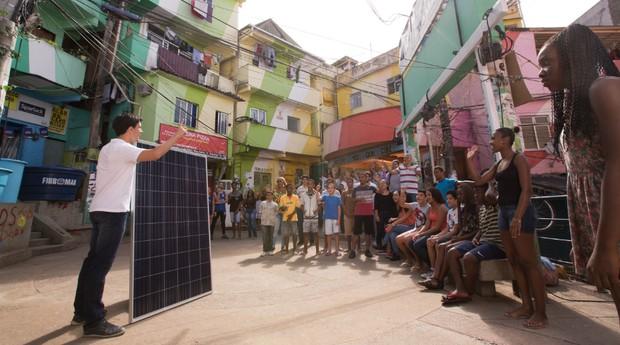 Insolar com seus painéis solares na comunidade do Santa Marta (Foto: Divulgação)