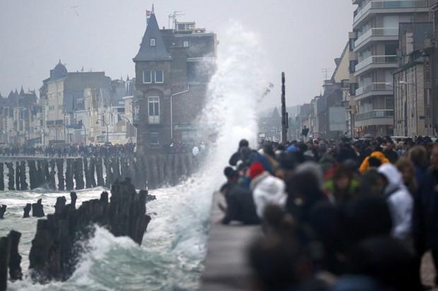 Pessoas se reúnem para ver a maré em Saint Malo  (Foto: Reuters/Stephane Mahe)