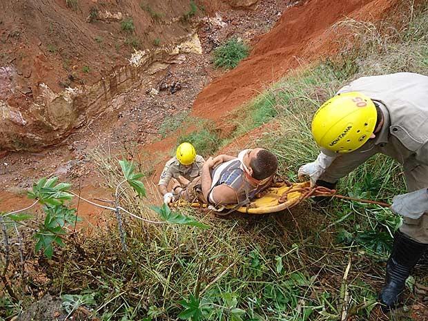 Jovem é resgatado de cratera na cidade de Planaltina de Goiás na manhã desta quarta-feira (16) (Foto: Divulgação)