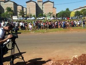 Público acompanha trabalho dos peritos no local onde o MC Daleste morreu (Foto: Marcello Carvalho/G1)
