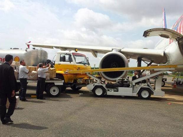 Caminhão utilizado para abastecimento colidiu com a turbina do avião  (Foto: Antonio Pinheiro/Divulgação)