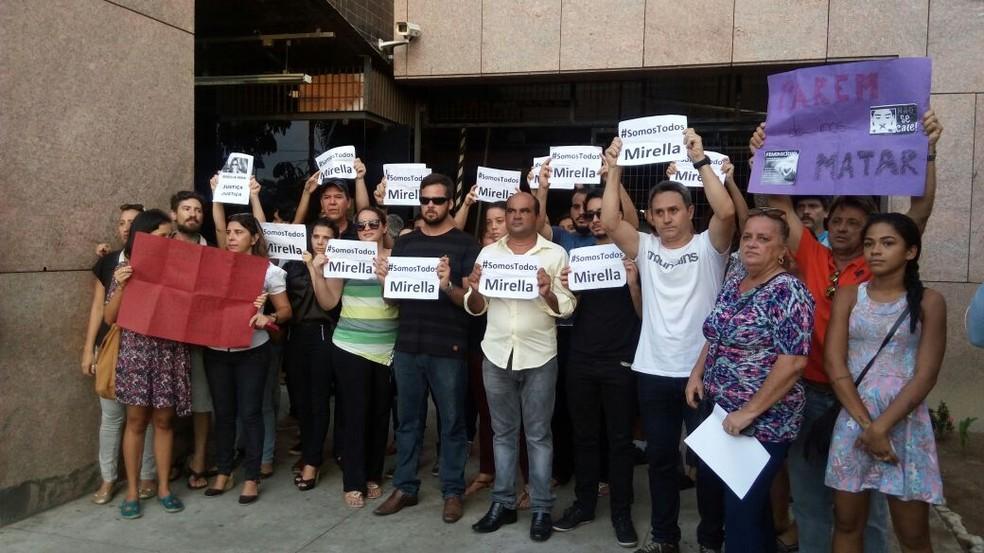 Amigos e familiares de Mirella comemoraram prisão preventiva do acusado (Foto: Marina Meireles/G1)