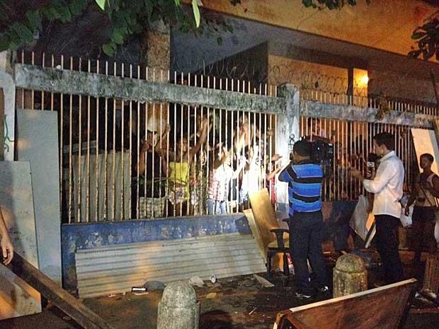 Moradores tentam proteger prédio durante reintegração de posse. (Foto: Marcelo Elizardo / G1)