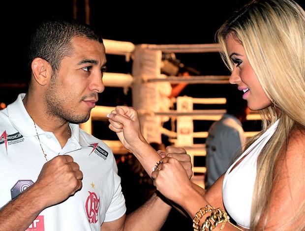 Aryane Steinkopf eleita ring girl do ano ao lado de José Aldo (Foto: Divulgação)