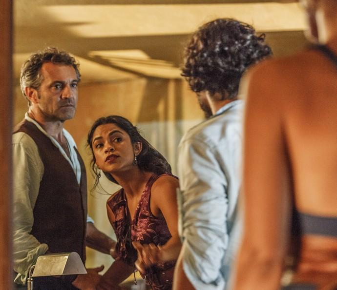 Luzia enfrenta Tereza diante de Santo e Miguel (Foto: Artur Meninea/ Globo)