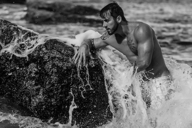 Ex-BBB João Almeida em ensaio sensual no Rio de Janeiro (Foto: Márcio Farias/Divulgação)