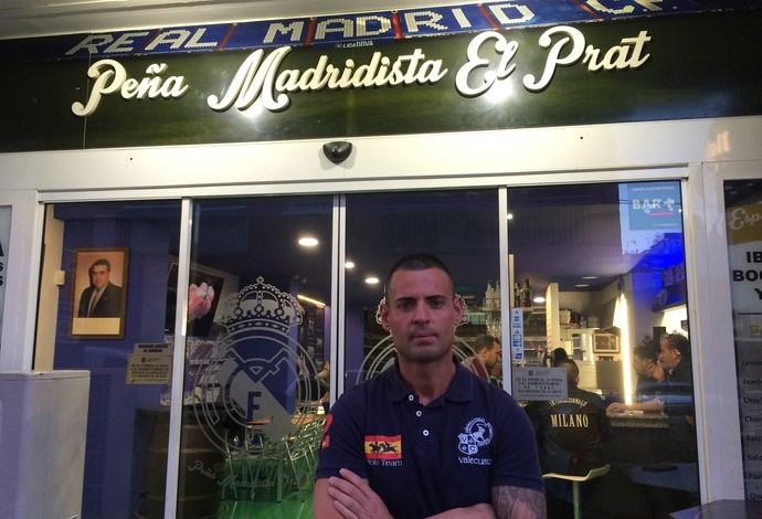 Sergio Díaz é o dono do bar madridista em Barcelona e presidente da torcida organizada de mesmo nome (Foto: Ivan Raupp)