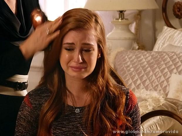 Nicole chora com queda dos cabelos (Foto: Amor à Vida / TV Globo)