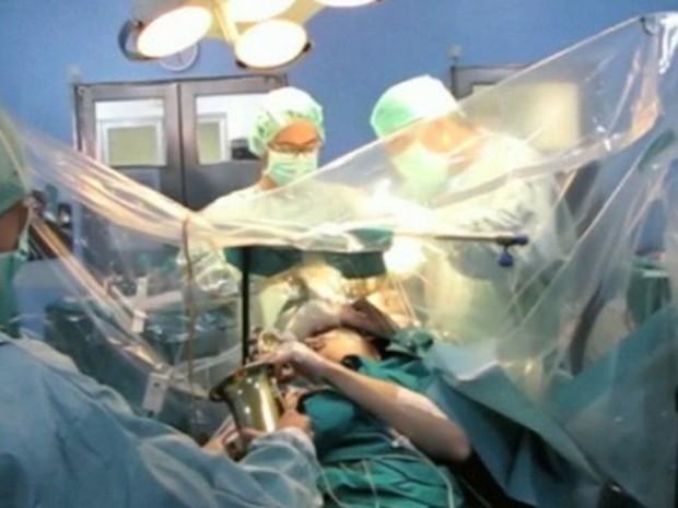 Paciente tocou saxofone durante a cirurgia de retirada de um tumor no seu próprio cérebro em hospital da Espanha (Foto: BBC)