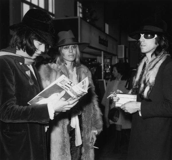 A atriz Anita Pallenberg com os membros do Rolling Stones Keith Richards e Mick Jagger em foto de 1968 (Foto: Getty Images)