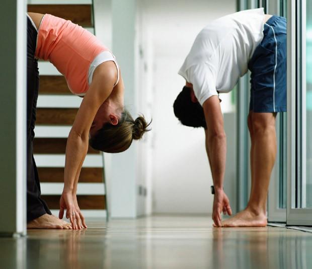 Uma boa sessão de alongamentos pós-treino evita lesões e aquelas dores muito comuns no dia seguinte (Foto: Think Stock)