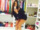 Mulher Melancia posa dentro de closet e exibe coleção de sapatos