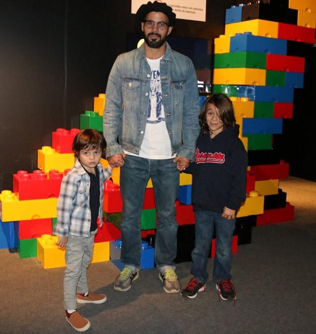 Juliano Cazarré com os filhos, Inácio e Vicente (Foto: Fabio Moreno/AgNews)