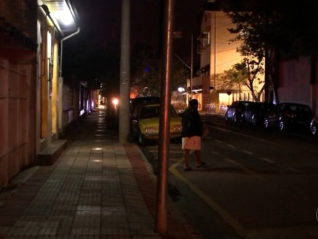 Somente as luzes dos comércios iluminam algumas ruas (Foto: Reprodução/TV TEM)