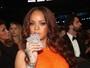 Rihanna bebe durante Grammy e faz piada com repercussão da cena