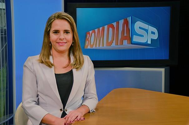 Simone Gomes na bancada da edição regional do Bom Dia SP (Foto: Marketing / TV Fronteira)