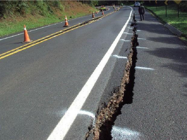 Concessionária orienta para que os motoristas evitem passar pelo local (Foto: Ecocataratas/Divulgação)