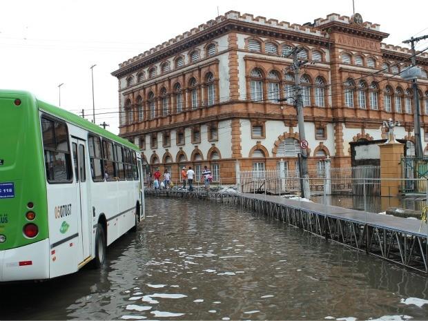 Rio Negro invadiu ruas do Centro de Manaus. Na semana passada, terminal rodoviário precisou ser interditado (Foto: Carlos Eduardo Matos/G1)