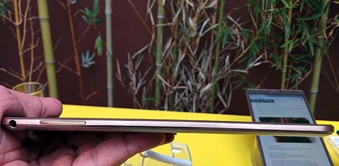 Os dois novos Galaxy Tab S são mais finos do que o iPad Air, com somente 6,6 mm de espessura (Foto: Paulo Alves/TechTudo)
